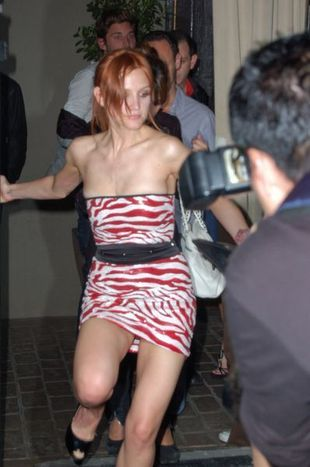 Ashlee Simpson w czerwoną zeberkę