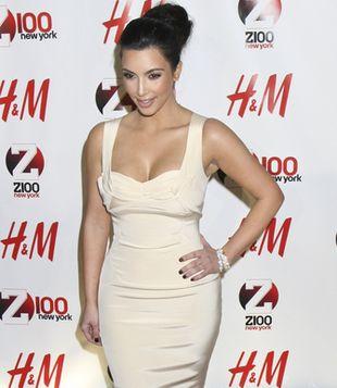 Kim Kardashian odsłoniła biust i podkreśliła biodra (FOTO)