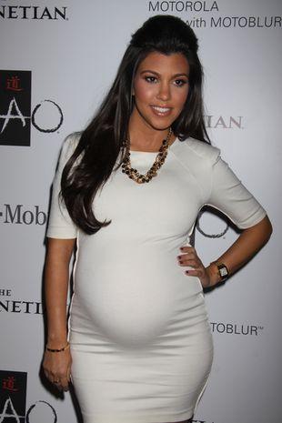 Kourtney Kardashian z dumą pokazuje brzuszek