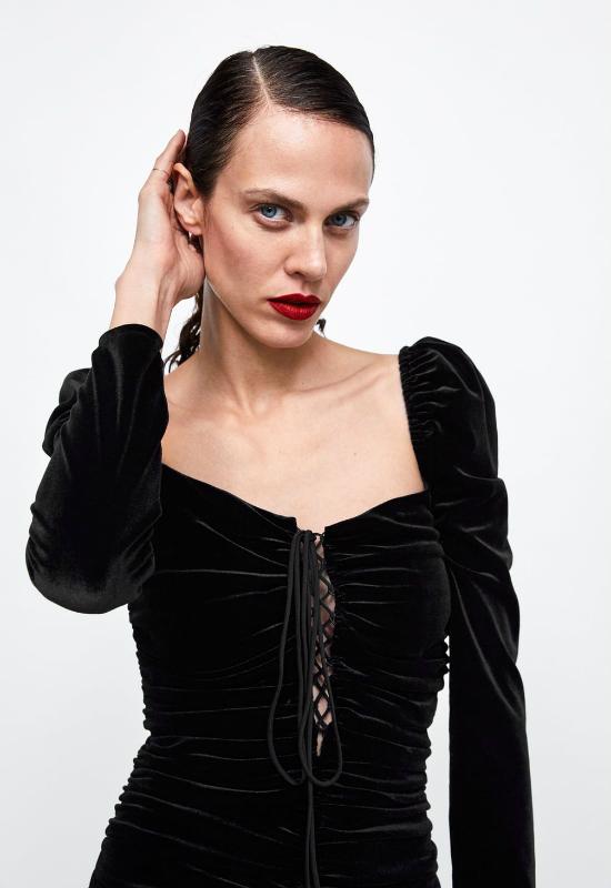 Brzydka sukienka wróciła w nowej odsłonie. Tym razem Zara stawia na czarny welur