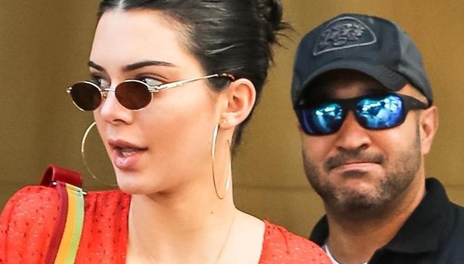 Kendall Jenner świeci sutkami. Mina jej ochroniarza mówi WSZYSTKO! (FOTO)