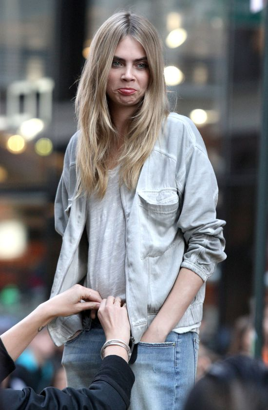 Cara Delevingne robi miny na planie kampanii DKNY