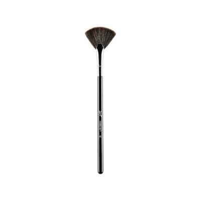 Makijażyści zapewniają, że wykonają profesjonalny make up tym jednym pędzlem!