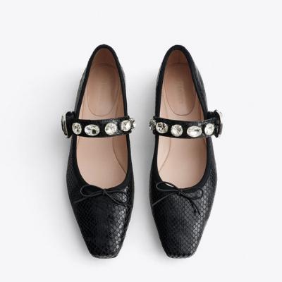 Żegnajcie szpilki! Stylowe dziewczyny będą nosić na wiosnę tylko takie buty