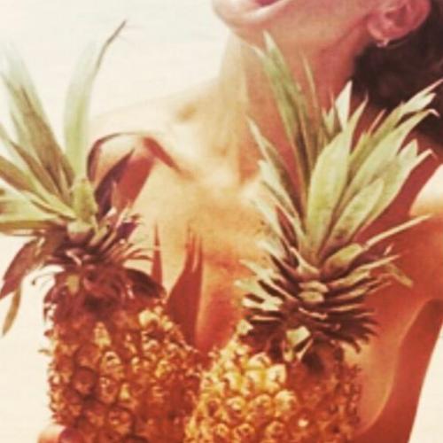 Nowy trend na Instagramie – zdjęcia z ananasami zamiast stanika!
