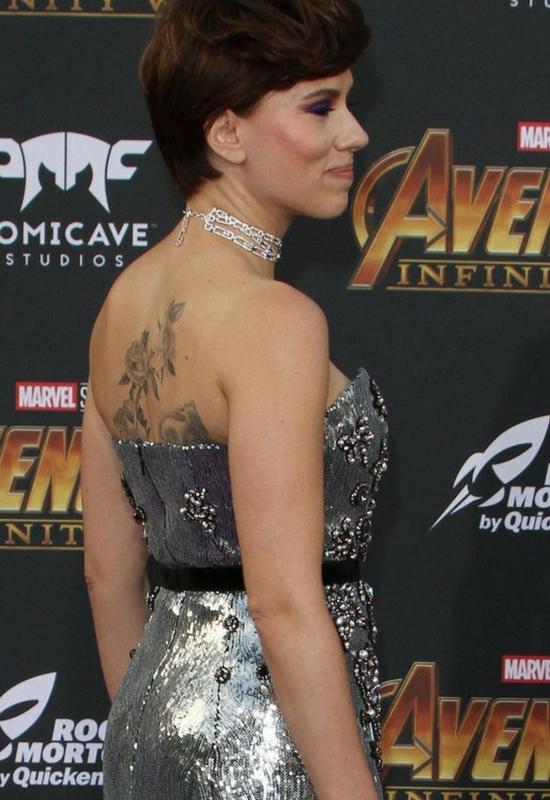 Scarlett Johansson zmieniła kolor włosów i zrobiła ogromny tatuaż na plecach!
