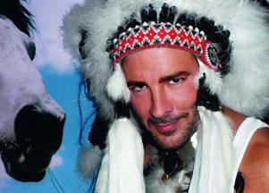 Tom Ford w indiańskim pióropuszu (FOTO)
