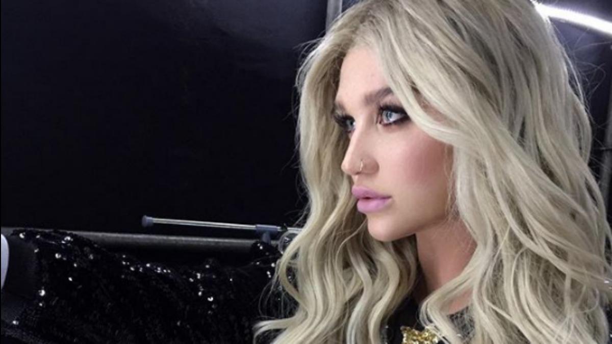 Kesha rezygnuje z makijażu. Piosenkarka żegna się z podkładem i pokazuje piegi!