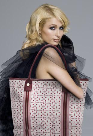 Paris Hilton promuje swoje torby (FOTO)