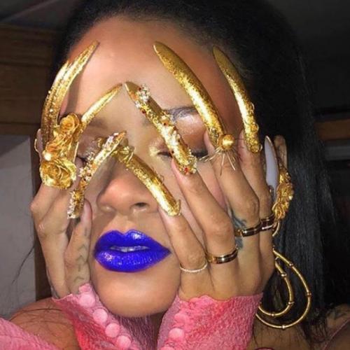Rihanna przesadziła z długością paznokci - ich dramatyczny wygląd poraża