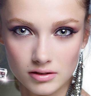Jill Stuart stawia w makijażu na delikatny blask