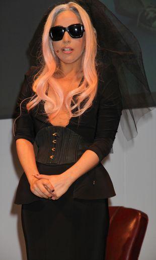 Lady Gaga i jej czarny welon (FOTO)