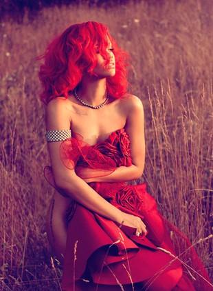 Rihanna zakrywa się sukienką Marchesa