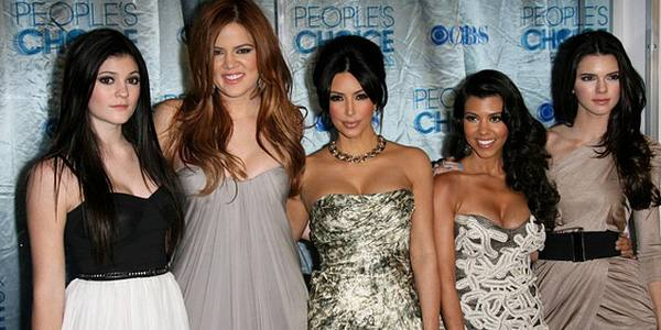 Sukienki sióstr Kardashian na People's Choice Awards (FOTO)
