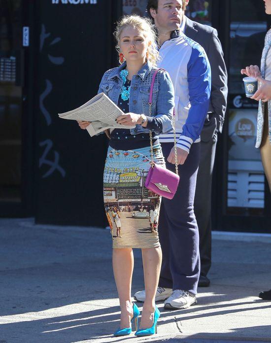Szalone stylizacje młodej Carrie Bradshaw