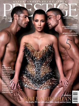 Kim Kardashian w towarzystwie nagich mężczyzn