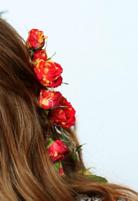 Emma Stone z kwiatami we włosach... i z zielonymi oczami