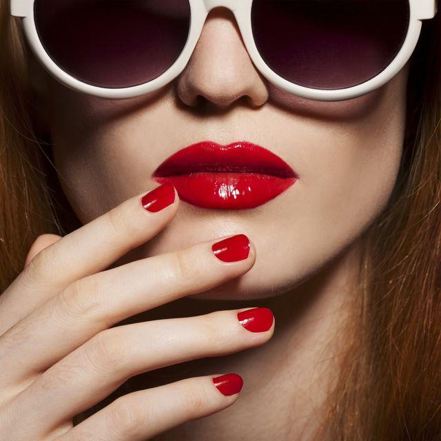 Jak malować usta szminką? Zobaczcie, jak robić to krok po kroku!