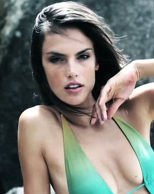 Alessandra Ambrosio w klipie Beautiful (VIDEO)