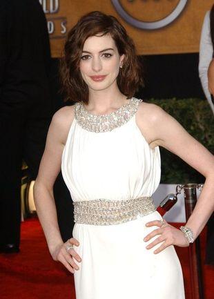 Anne Hathaway w bieli od Azzaro