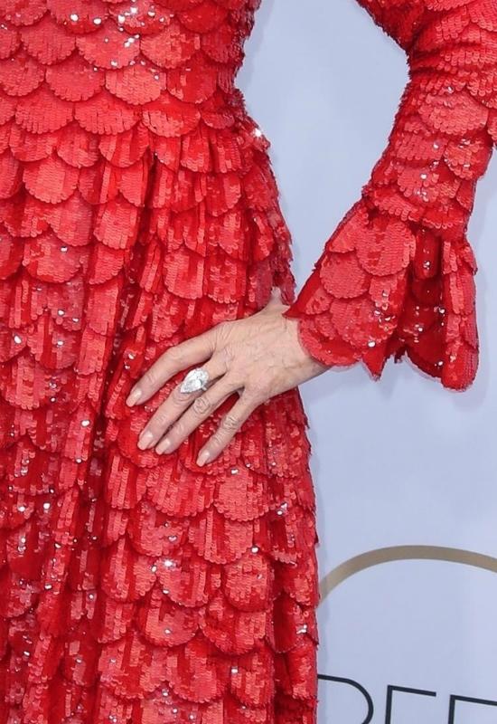 Uśmiechnięta Jane Fonda błyszczy na ściance w czerwonej kreacji od Valentino