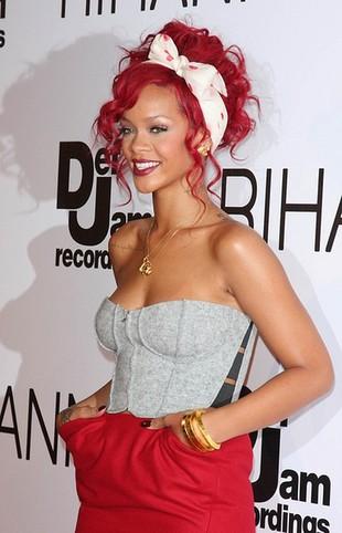 Rihanna w czerwieni i szarościach (FOTO)