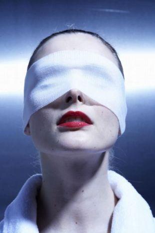 Jak zlikwidować opuchliznę wokół oczu?