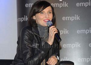 Reni Jusis w spokojnej czerni (FOTO)