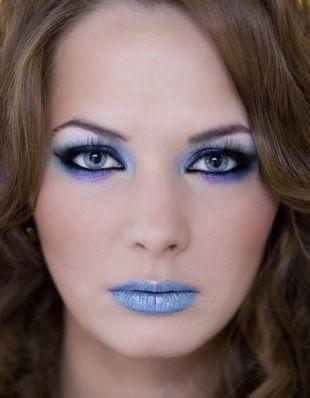 Karnawałowy makijaż w kolorze błękitu