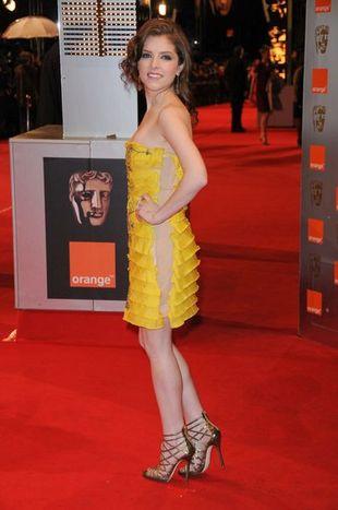 Anna Kendrick w żółtej kreacji od Emilio Pucci