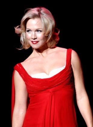 Jennie Garth w czerwieni od Badgleya Mischki
