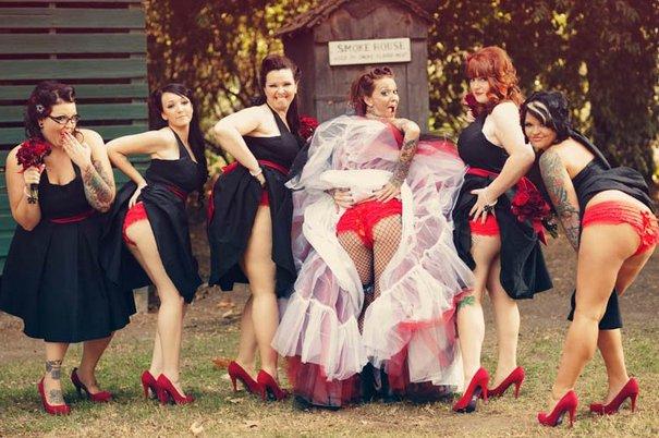 Idiotyczny ślubny trend: Druhny pokazują majtki