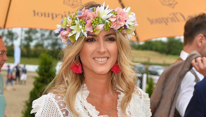 Sukienka boho i kwiaty we włosach – zakochacie się w stylizacji Karoliny Szostak