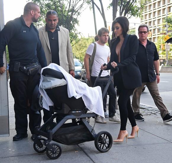 Kim Kardashian wraca z sesji zdjęciowej