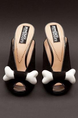 Czarne buty z kością od Jeremy'ego Scotta