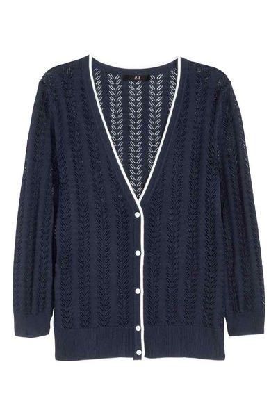 Modne swetry na jesień – Granatowy kardigan w kilku stylach