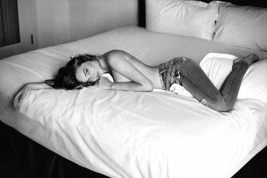 Miranda Kerr topless w najnowszej kampanii (FOTO)