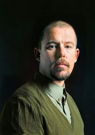 Biografia Alexandra McQueena w sprzedaży za miesiąc