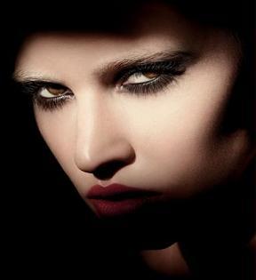Lara Stone reklamuje kolekcję kosmetyków od Armaniego