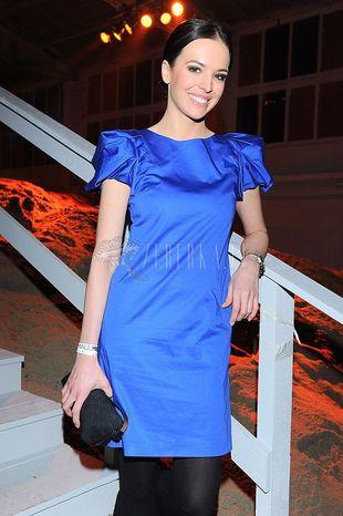 Anna Wendzikowska w chabrowej sukience