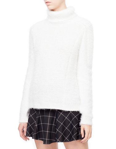 Białe swetry na zimę - co na przecenach?