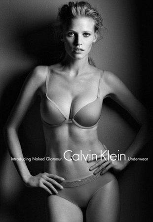 Szczuplutka Lara Stone dla Calvina Kleina (FOTO+VIDEO)