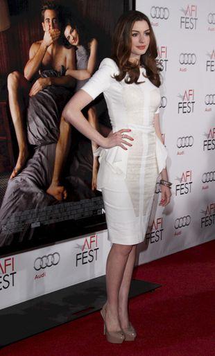 Anne Hathaway podkreśliła biodra (FOTO)