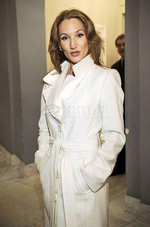 Biały płaszcz Justyny Steczkowskiej