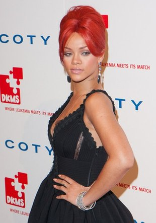 Rihanna w sukni z trenem (FOTO)