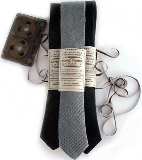 Krawaty i kapelusz z taśmy kaset magnetofonowych