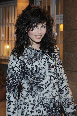 Ramona Ray w dziewczęcym płaszczyku