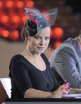 Anna Mucha z kokardą na głowie