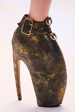 Futurystyczne buty od McQueena