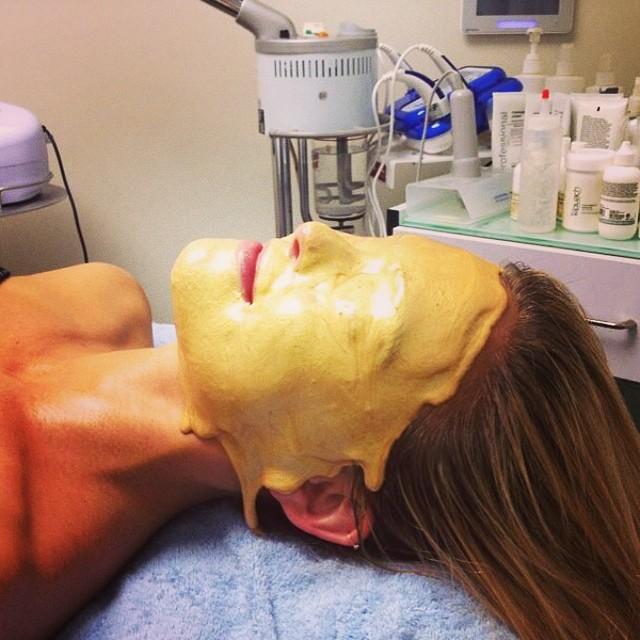 Która modelka zafundowała sobie złoto na twarzy?